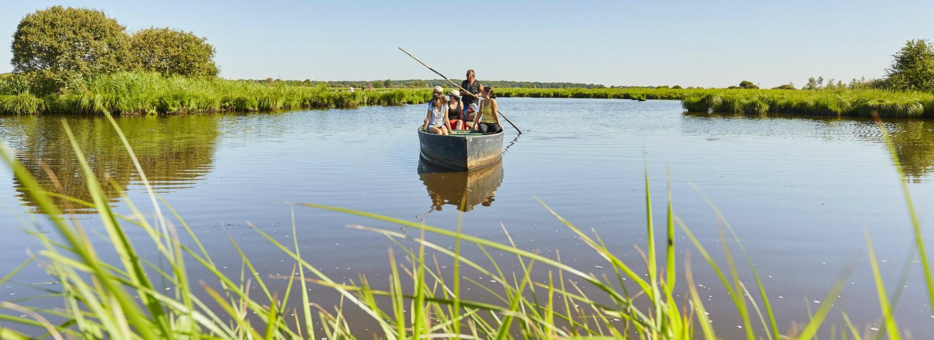 Promenade en barque dans le marais de Brière