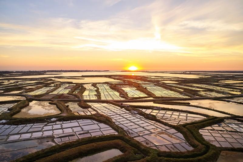 Les marais salants de Guérande au coucher du soleil - Alexandre Lamoureux