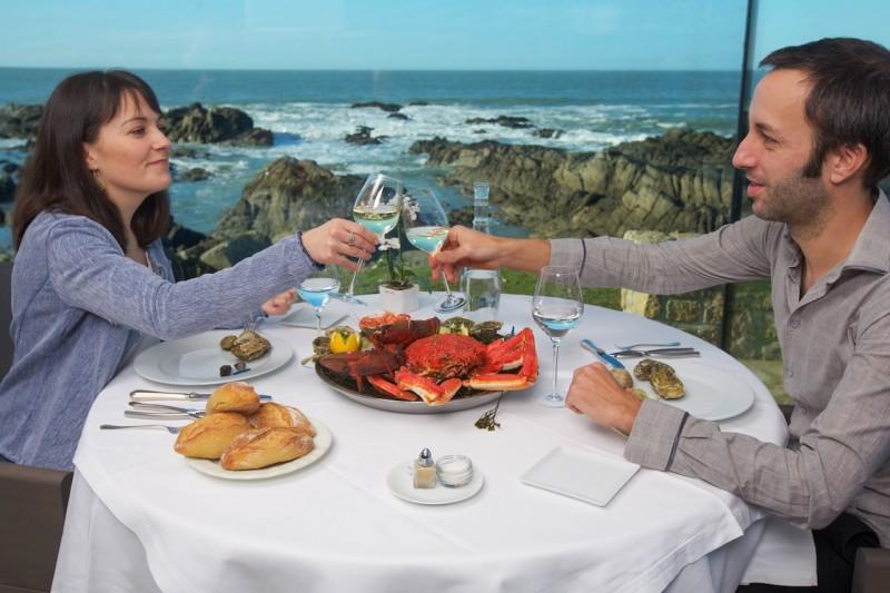 Savourer des fruits de mer face à l'océan