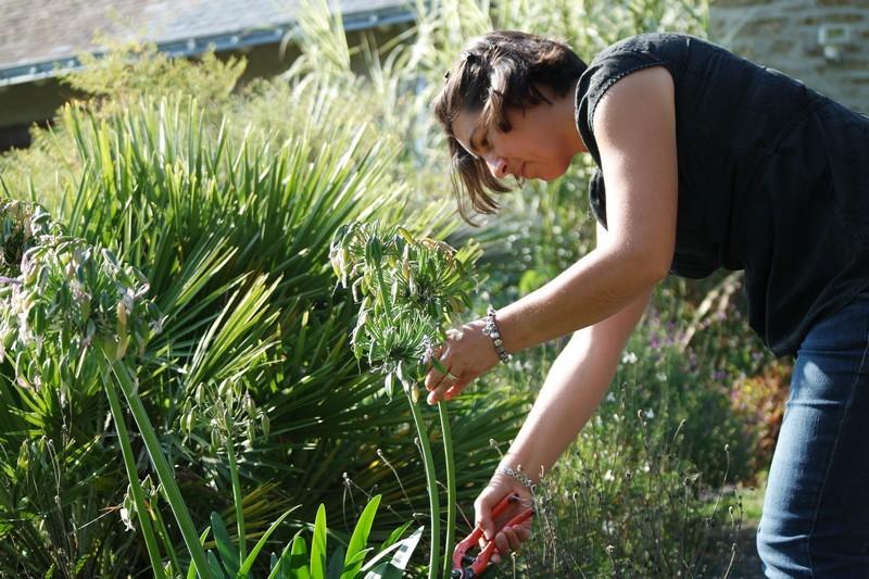 Agnès à l'entretien du parc du Moulin de Kergas