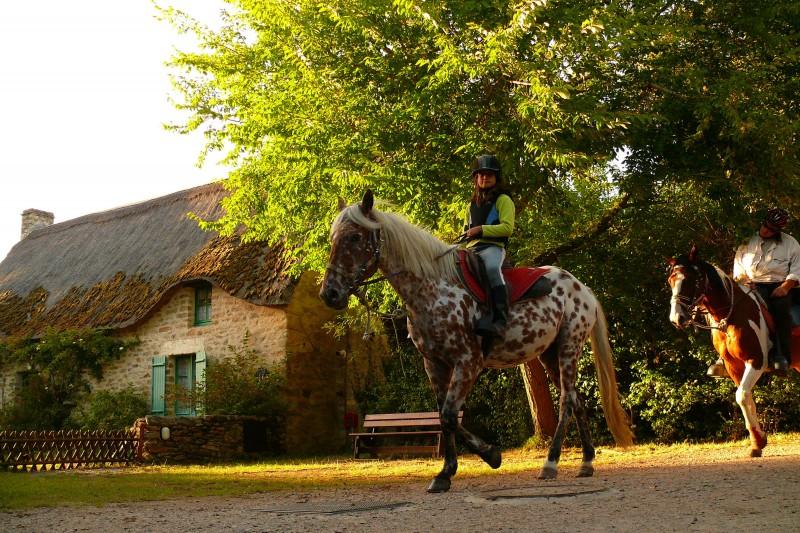 Balade à cheval dans le village de Kerhinet
