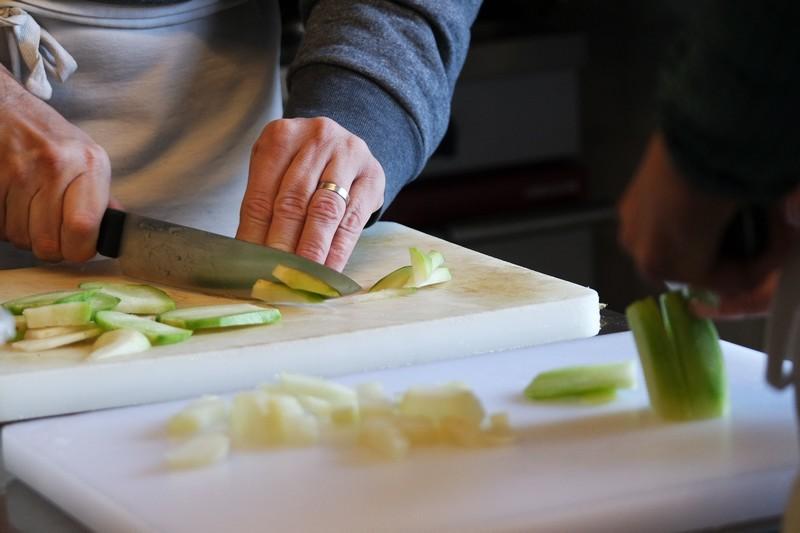 Découpe des légumes à l'atelier cuisine du Chaudron à La Turballe