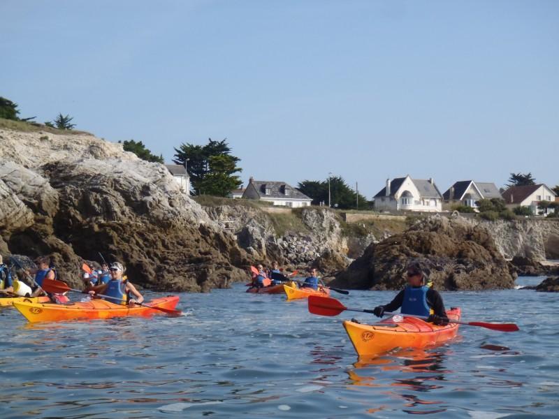 Kayak en mer le long de la côte