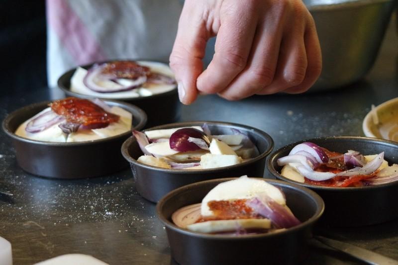 Préparation de la tatin d'oignon, panais, chorizo au Chaudron à La Turballe