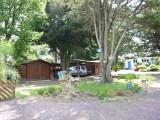 chalet-commun-chbres-briere-et-marine-jardin-et-maison-principale-au-fonds-1222505