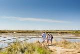 Une famille dans les marais salants