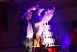 Mariage et coupe de champagne au Cabaret la Plume Rouge