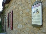 Panneau du sentier d'interprétation adossé à la chaumière des saveurs et de l'artisanat