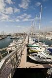 Passerelle du port avec vue sur les bateaux de plaisance