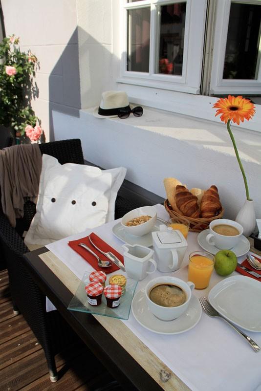 Petit-déjeuner en terrasse de l'Hôtel Le Relais Marine à Mesquer