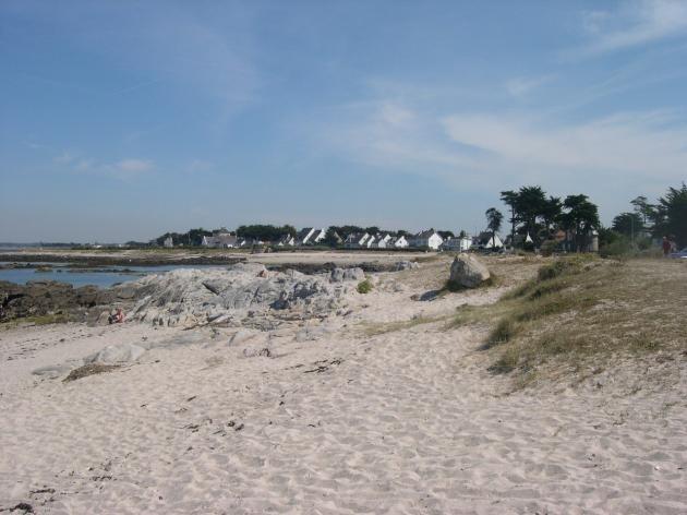 Baie du Castouillet au Croisic, plage de sable entourée de rochers, photo OT du Croisic