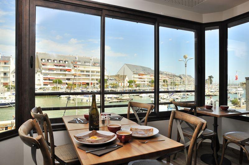 01 Restaurant Le Bateau Ivre sur le port du Pouliguen - Table à l'étage avec vue mer