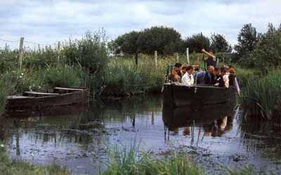 Balade à la perche (outil traditionnel pour déplacer la barque dans l'eau)