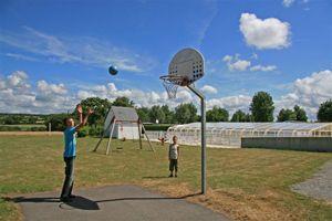 Camping les prairies de l'étang entre l'océan atlantique et la Brière - jeux, balançoires et basket