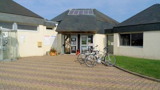 Entrée de l'accueil du camping les Chardons Blues : emplacements vélos