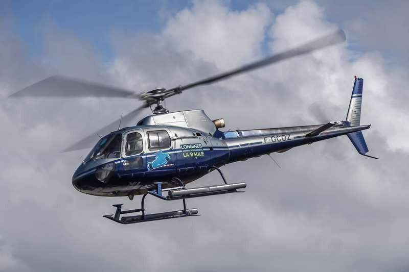 Héliberté - hélicoptère aux couleurs du Jumping de La Baule