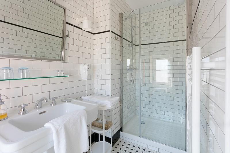 salle-de-bains-chambre-l-atlantique-villa-la-ruche-la-baule-chambre-d-hote-la-baule-haut-de-gamme-luxe-guest-and-house-cheminee-sans-enfant-2-1584510