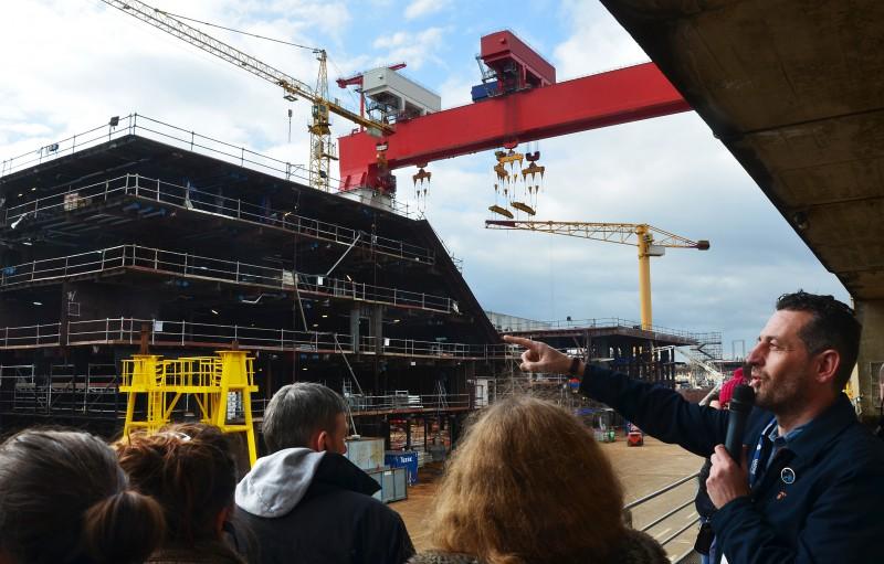 Des visiteurs découvrent la construction spectaculaire du plus grand paquebot du monde